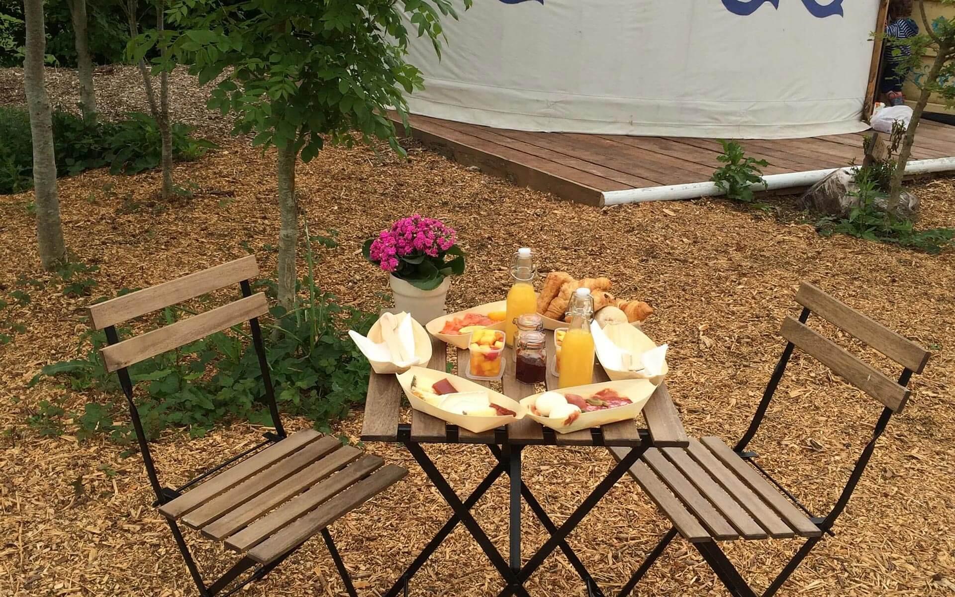 outdoor-dining-breakfast-hamper-yurt-Plush-Tents-Glamping-1200